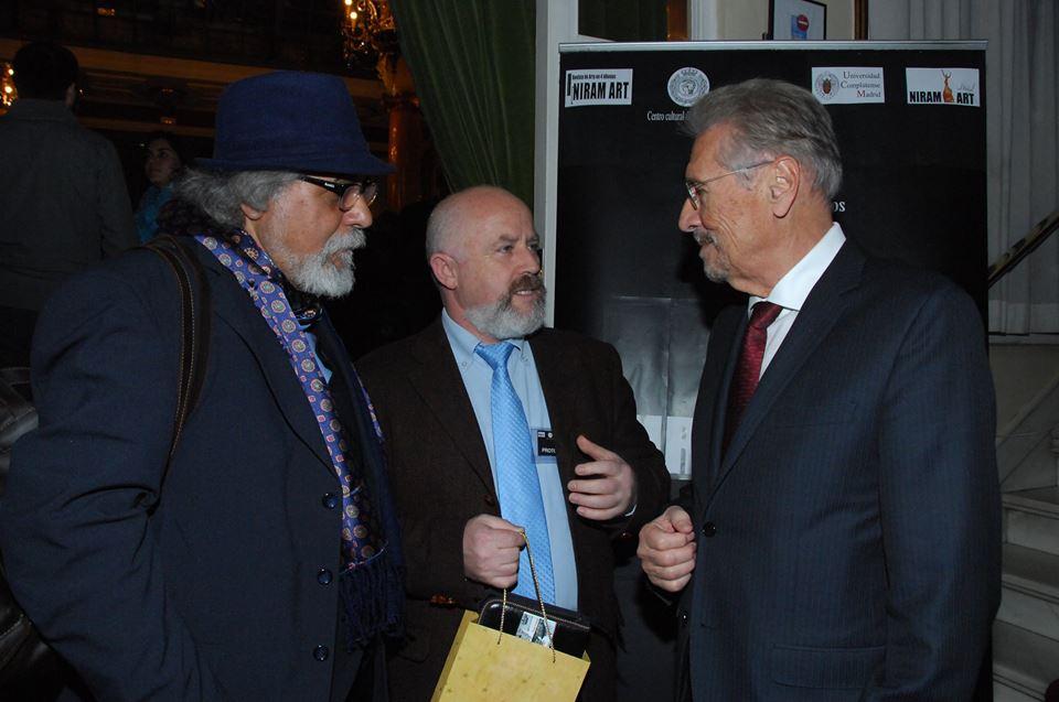 la Mdrid, alături de presedintele Constantinescu si criticul de arta Antonio Caldero,  inmanindu-i Proiectul de promovare a artistilor romani in Spania
