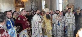 Zeci de credincioși au luat parte la procesiunea Icoanei Maicii Domnului de la Mănăstirea Crângu