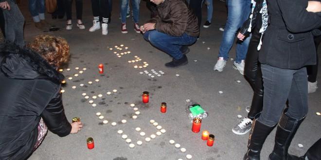 Moment impresionant! Zeci de alexăndreni au aprins o lumânare în memoria victimelor din Colectiv