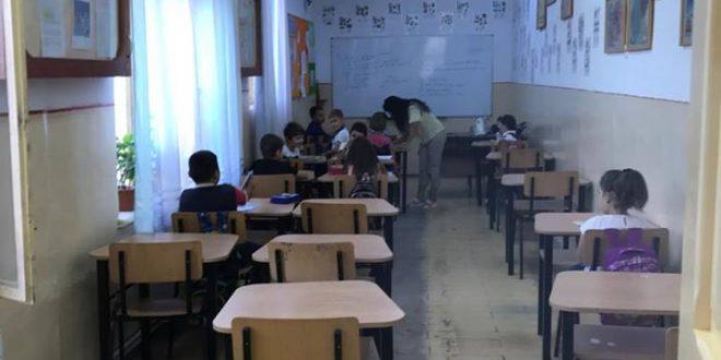 La Școala nr.5 din Alexandria, copiii de clasa 1 învață într-o miniclasă improvizată