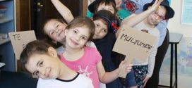 Atelierul de artă al Violetei Zaharia vine cu surprize pentru cei mici. Actorul Emanuel Bighe îi va introduce în culisele scenei pe cursanți
