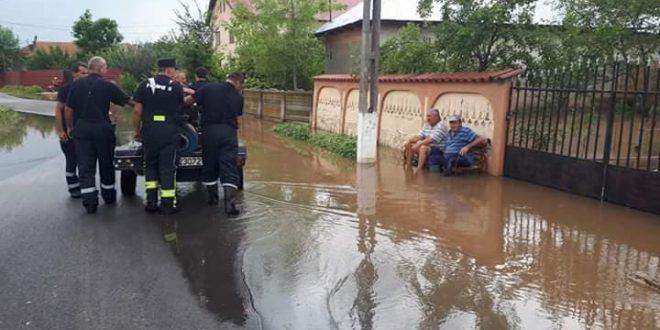 IMAGINEA ZILEI: Teleormăneanul, așteptând pe margine să fie salvat