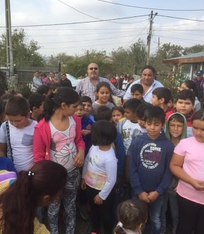 """Acțiune caritabilă pentru copiii romi, blocată de Primăria Blejești """"ca să nu se facă politică în școală"""""""
