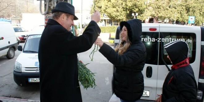 Primarul Victor Drăguşin şi viceprimarul Ionuţ Neacşu au împărţit flori pe centrul Alexandriei