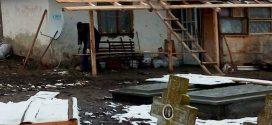 Trei copii din Teleorman își trăiesc cea mai frumoasă parte a vieții printre… cruci
