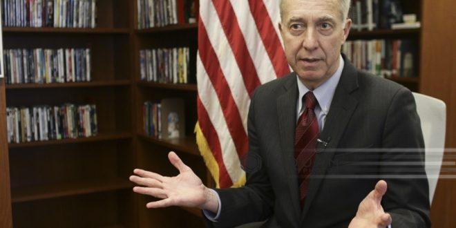 """Ambasadorul SUA, Hans Klemm, a donat astăzi cărți Bibiliotecii """"Marin Preda"""" din Alexandria"""