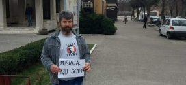 O lecție de curaj: de săptămâni întregi, Daniel Tuinete protestează de unul singur în fața Hotelului Turris