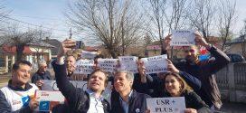 Dacian Cioloș și-a făcut selfie cu un grup de pesediști veniți la Roșiorii de Vede să-l huiduie