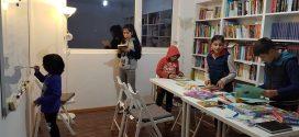 """Cu sprijinul oamenilor buni, Relu Voicu a transformat proiectul """"cărților de pe uliță"""" într-o cale de acces către cultură pentru copiii de la țară"""