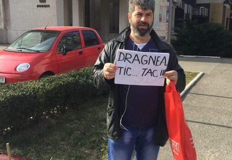 """INTERVIU. Protestul curajos al lui Daniel Tuinete în fața Hotelului Turris continuă: """"Să știe Dragnea că orașul nu e mort și nu i-a călcat pe toți pe cap!"""""""
