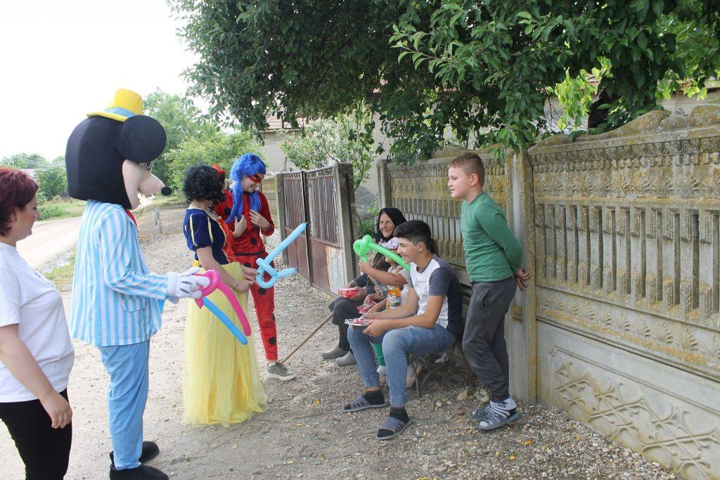 FOTO Personaje de poveste au vizitat copiii din satele teleormănene